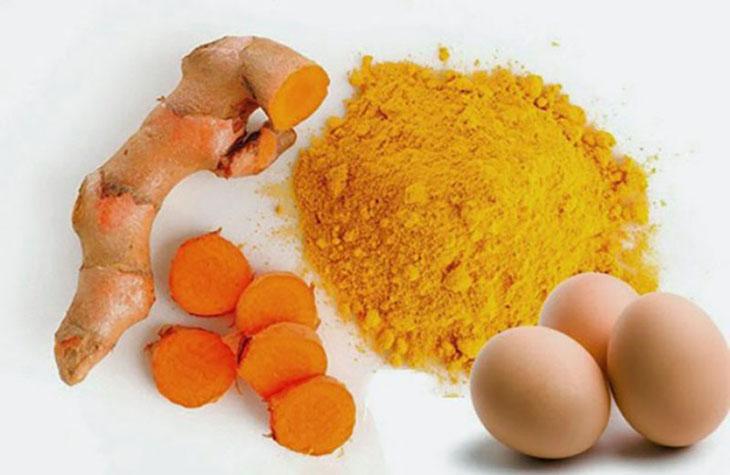 Việc kết hợp trứng gà và nghệ tươi sẽ mang đến hiệu quả cao khi điều trị