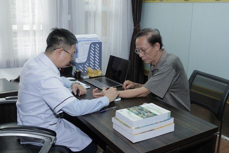Lương y Đỗ Minh Tuấn khám cho nghệ sĩ Văn Báu