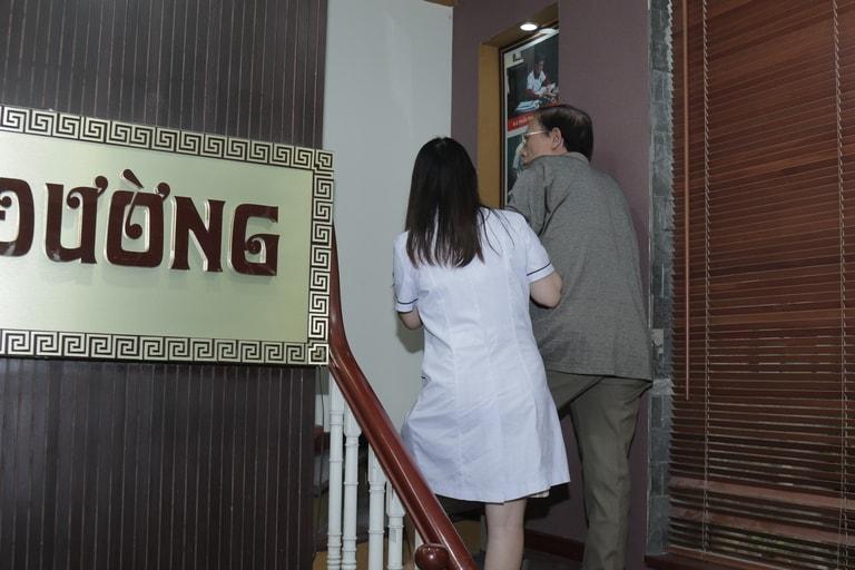 Nghệ sĩ Văn Báu đến Đỗ Minh Đường trong tình trạng đi lại khó khăn, leo cầu thang cần có người đỡ