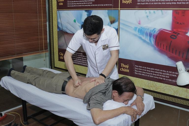 Bác sĩ Trần Hải Long thực hiện xoa bóp bấm huyệt điều trị thoát vị đĩa đệm cho nghệ sĩ Văn Báu