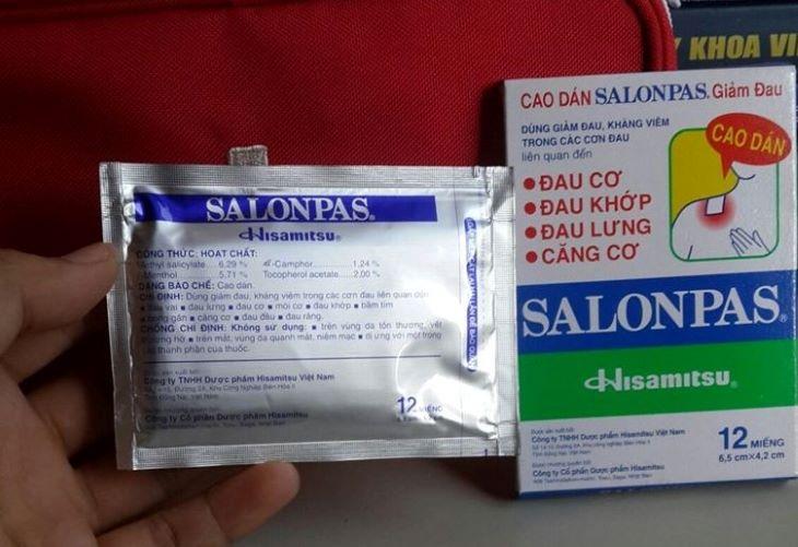 Dùng Salonpas để dán lên huyệt đạo nhằm đả thông kinh mạch, tăng cường khí huyết