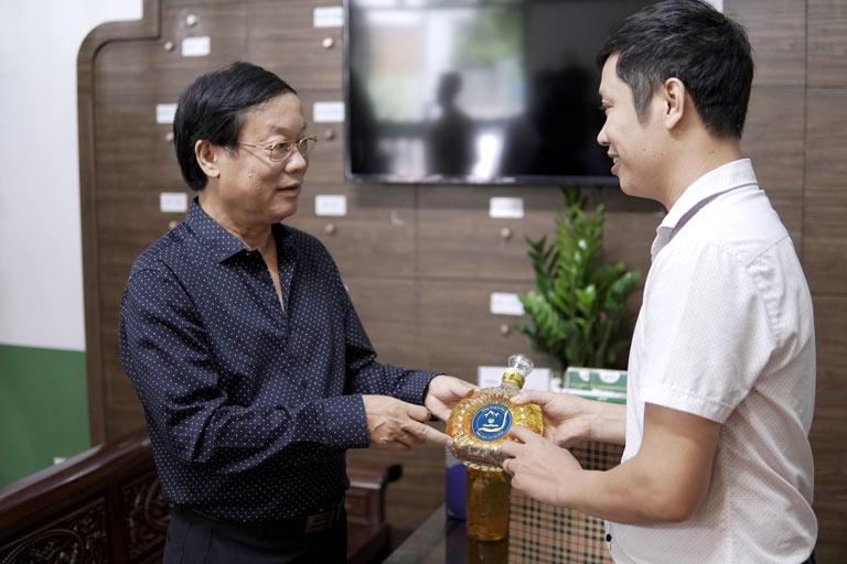 Nghệ sĩ ưu tú Phú Thăng yêu thích rượu đông trùng hạ thảo Vietfarm