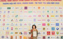 Bác sĩ Nguyễn Thị Vân Anh đại diện Nhất Nam Y Viện nhận giải thưởng Top 20 thương hiệu nổi tiếng Việt Nam năm 2020