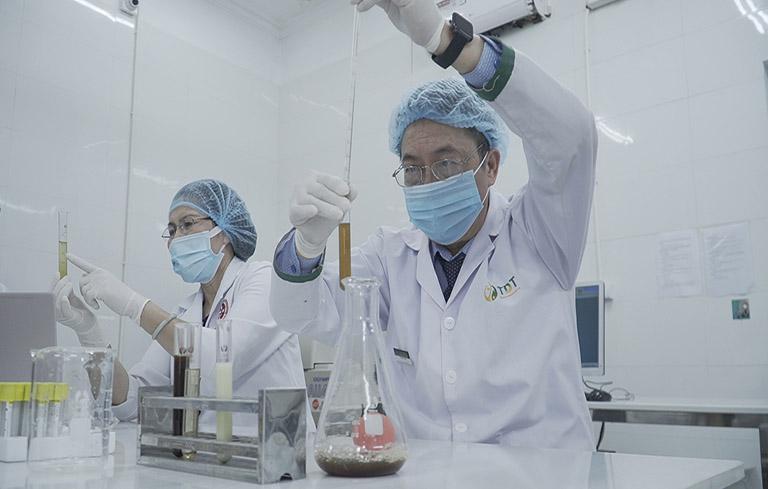 Hình ảnh bác sĩ Tuấn trong phòng nghiên cứu
