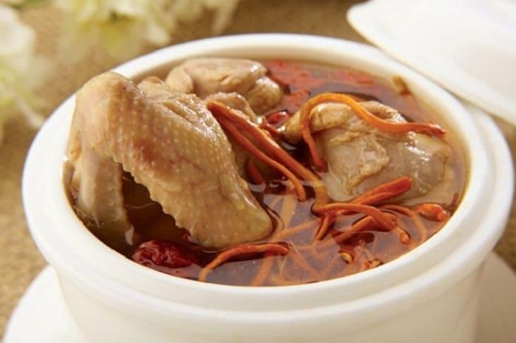 Gà hầm đông trùng hạ thảo là một món ăn nhiều dưỡng chất