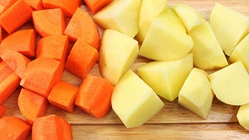 Khoai tây và cà rốt kết hợp với trùng thảo để tạo nên món ăn bổ dưỡng