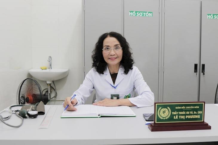 Bác sĩ Lê Phương là người trực tiếp thăm khám, điều trị mề đay cho chị Hiền