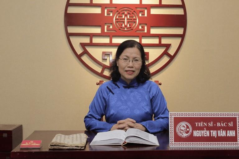 BS Nguyễn Thị Vân Anh thăm khám và hướng dẫn điều trị từ xa cho người bệnh