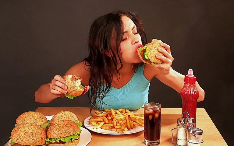 Chế độ ăn uống không khoa học cũng là một trong những nguyên nhân gây mụn mủ trên da