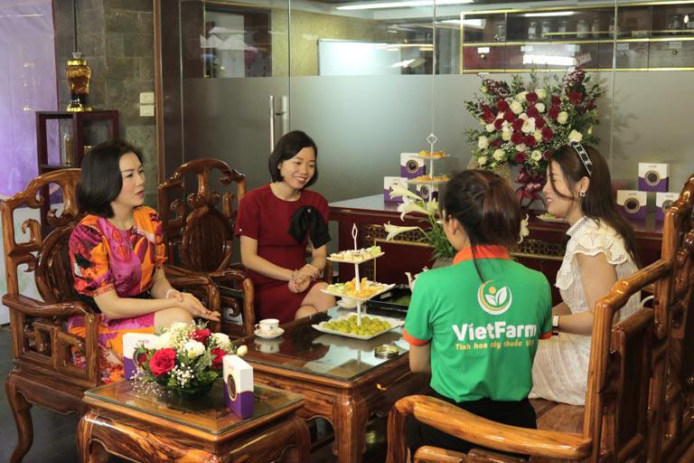 Khách mời dự tiệc trà trực tiếp trải nghiệm hương vị của Saffron Vietfarm