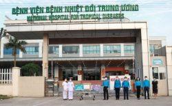 Đồng chí Ngọ Duy Hiểu, Phó chủ tịch Tổng Liên đoàn lao động Việt Nam và đồng chí Phạm Thanh Bình, Chủ tịch Công đoàn Y tế Việt Nam trao hỗ trợ cho đại diện Bệnh viện Bệnh Nhiệt đới Trung ương.