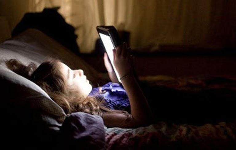 Sử dụng các thiết bị điện tử trước khi ngủ gây căng thẳng mất ngủ