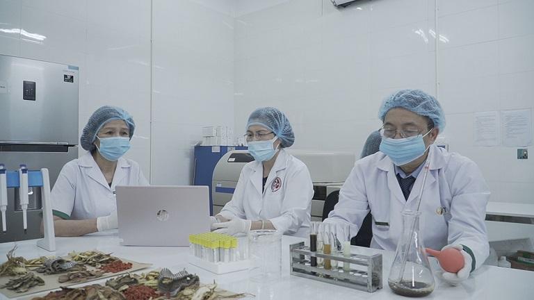 Thành viên của Hội đồng Nghiên cứu bài thuốc Sơ can Bình vị tán thế hệ 2 đang trong phòng thí nghiệm