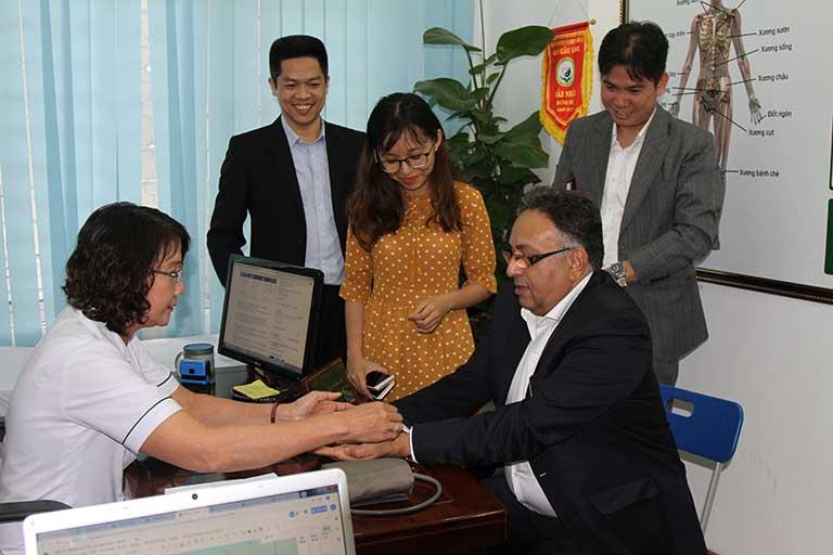 Tiến sĩ Alok được bác sĩ Tuyết Lan thăm khám