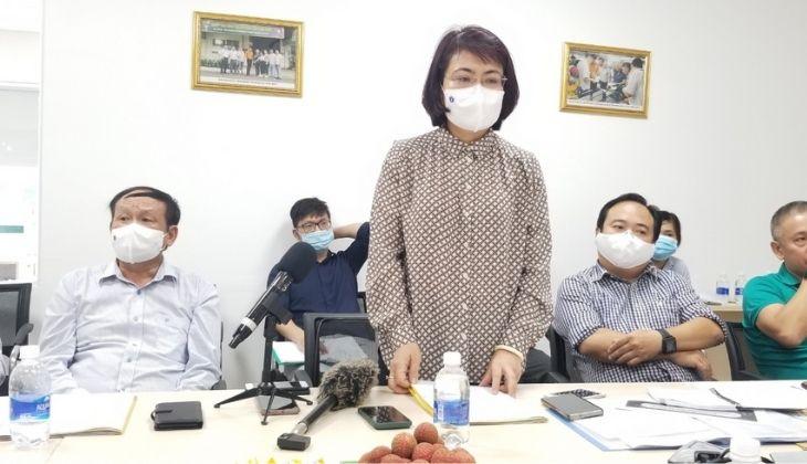 PGS.TS Lương Mai Anh - Phó Cục trưởng, Cục Quản lý môi trường y tế đánh giá việc thực hiện các biện pháp phòng chống dịch bệnh đang được triển khai tại doanh nghiệp. Ảnh: H.T