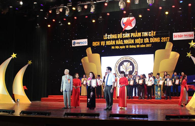 Thầy thuốc Lê Phương đại diện Trung tâm Phụ Khoa Đông y Việt Nam nhận CUP vinh danh
