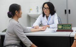 Thầy thuốc ưu tú, BSCKII Lê Phương (Giám đốc chuyên môn Tổ hợp y tế cổ truyền biện chứng) sẽ trực tiếp hỗ trợ thăm khám cho người bệnh