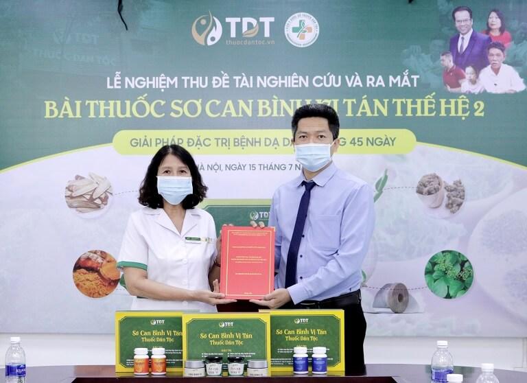 Bác sĩ Tuyết Lan trao đề tài và kết quả nghiên cứu cho đại diện Trung tâm – ông Nguyễn Quang Hưng