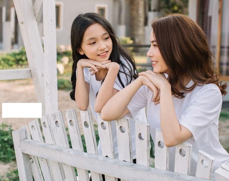 Niềm vui sướng của người mẹ khi chữa khỏi bệnh cho con gái