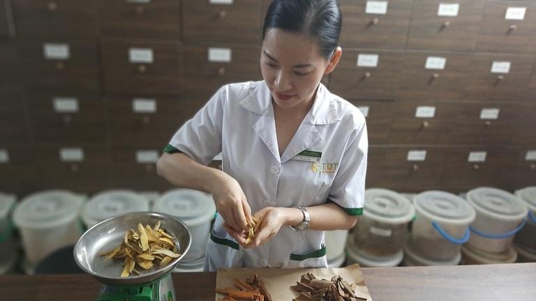 Bác sĩ Phạm Thanh Huyền đang công tác tại Trung tâm Thuốc dân tộc